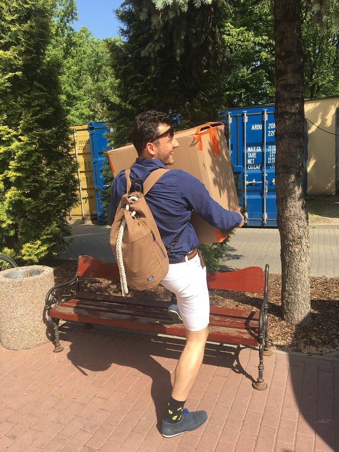 adrian, wolontariusz fundacji alivia pomaga przy wielkanocnej zbiórce