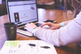 kobieta szuka informacji w internecie
